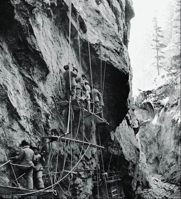 战士们在悬崖上凿炮眼