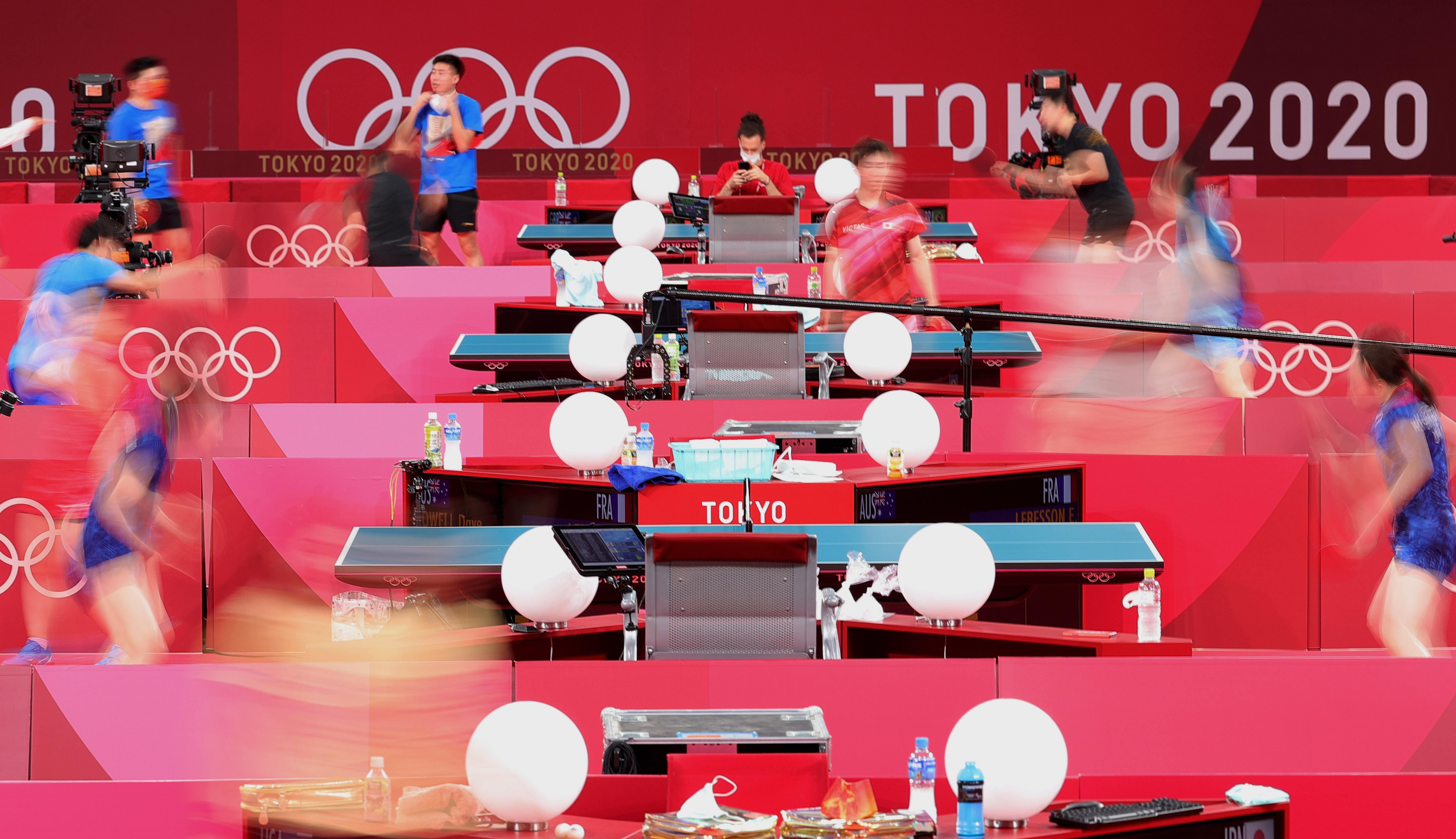 7月21日,中国队和日本队球员在训练。新华社记者 王东震 摄
