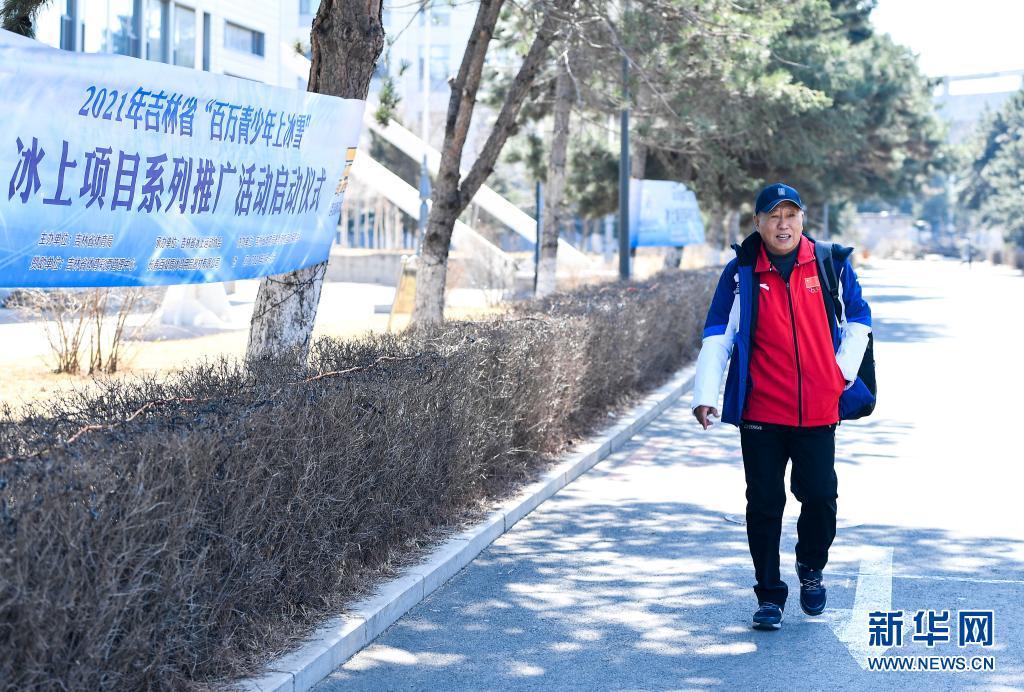赵伟昌在吉林省速滑馆院内(3月30日摄)。新华社记者 许畅 摄