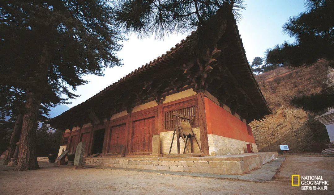 """建于唐大中十一年(857年)的佛光寺东大殿,是极少能代表唐代建筑艺术成就和水平的大型建筑之一,是五台山现存最珍贵的文物;梁思成称其为""""中国第一国宝""""。 摄影:任超"""