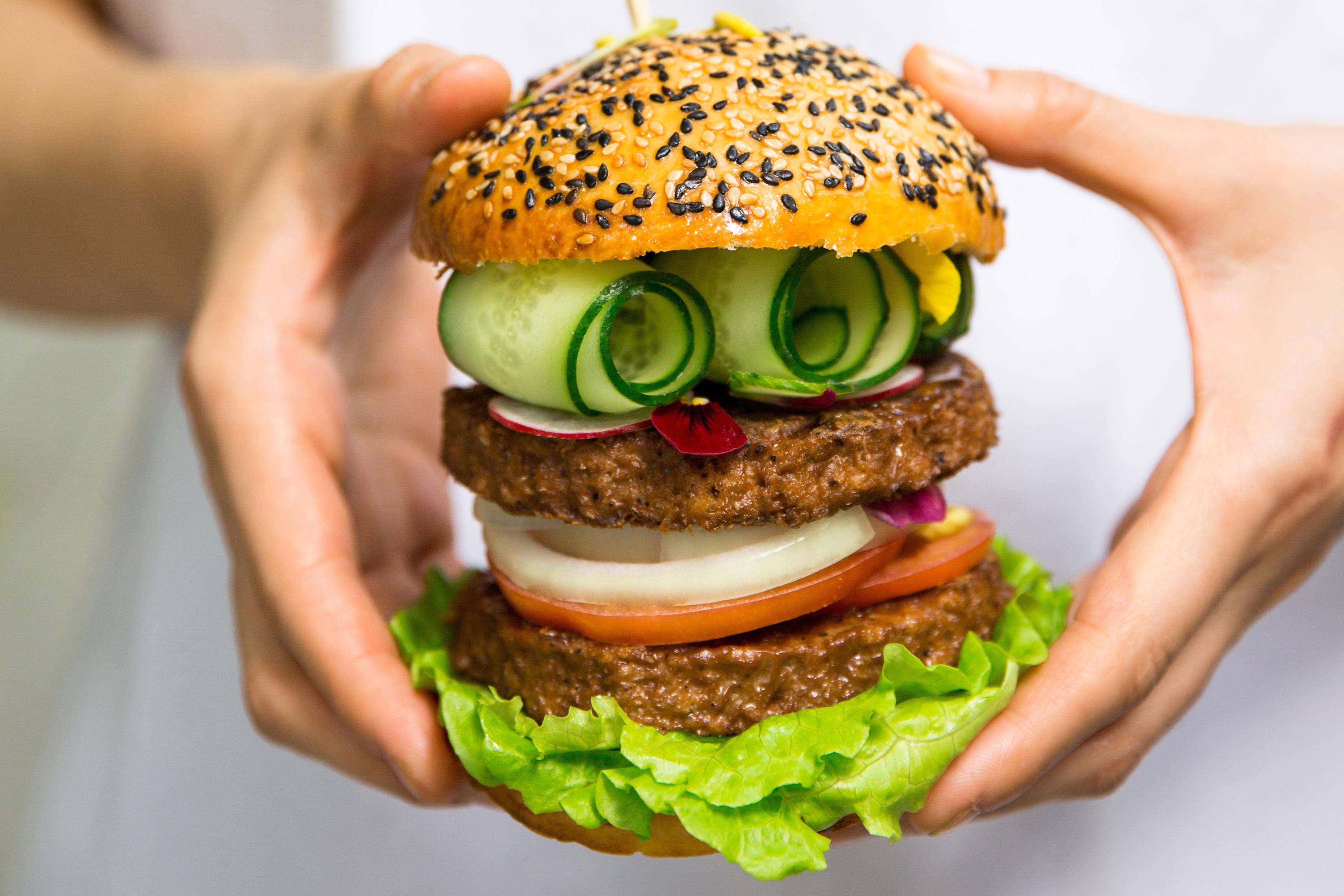 采用植物肉肉餅的漢堡   圖片來源:Hey Maet
