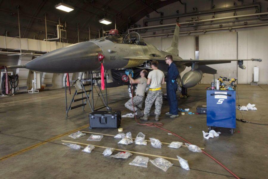 正在检修的美军F-16战斗机 资料图