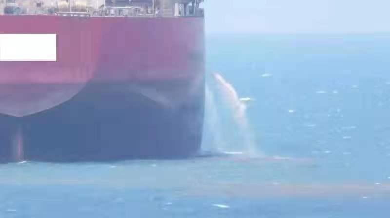 一外籍国际航行船舶在厦门海域锚泊期间将不明红色液体排放入海。图片来源:厦门海沧海事处