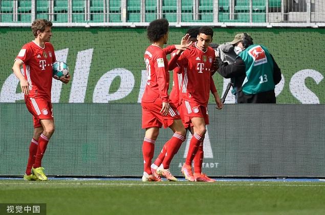 半场:穆夏拉头顶脚踢双响舒波-莫廷破门,拜仁客场3-1狼堡