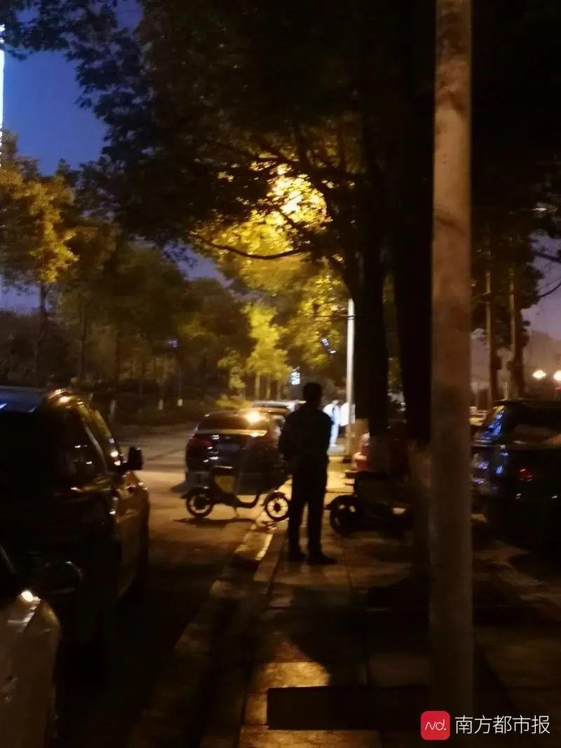 2月22日晚,长沙市天一美庭,车女士的父亲。南都记者 黄驰波 摄