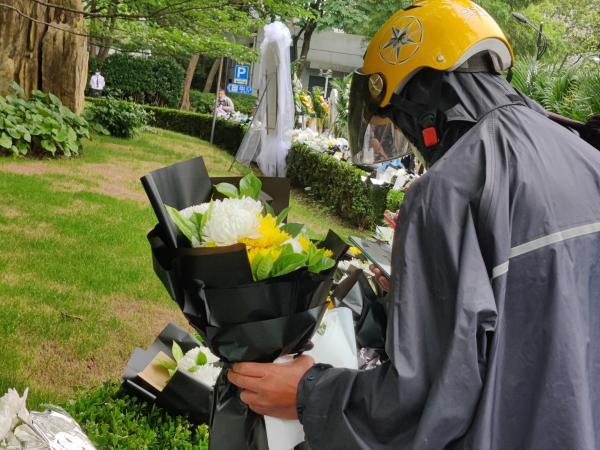 吴孟超院士遗体告别仪式今天上午在上海举行,民众冒雨前来送别插图(9)