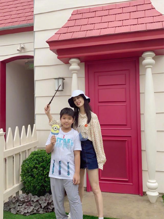 黄圣依带大儿子游玩环球影城 9岁安迪身高赶超妈妈肩膀