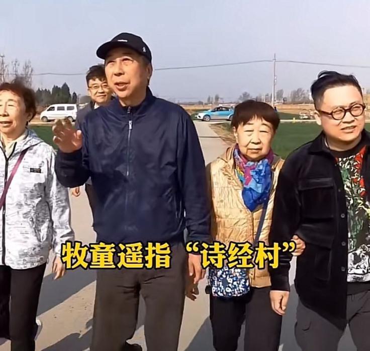 冯巩与姐姐回老家踏青,三姐弟长相如出一辙。