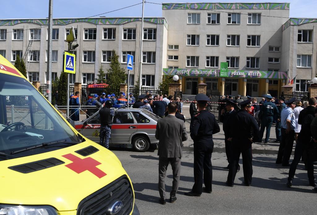 5月11日,警察和救援人员聚集在俄罗斯喀山市发生枪击事件的学校外。(新华社/卫星社)