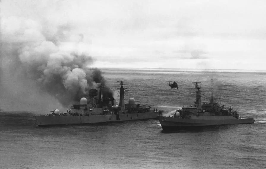 上图_ 两个阿根廷的超级军旗攻击战斗机用导弹袭击船舶