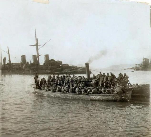 上图_ 旅顺日本兵和俄国被俘水兵