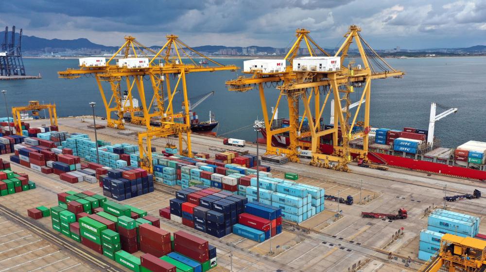 2020年9月24日,几艘货轮在大连港大连集装箱码头有限公司港口内装卸集装箱(姚剑锋/摄)
