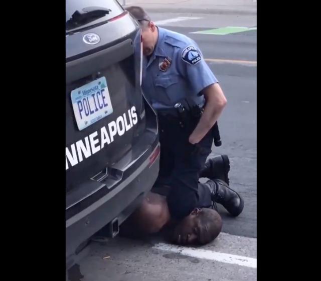 """黑人弗洛依德被白人警察""""跪杀""""曾引发全美社会暴乱。来源:GJ"""