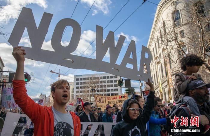 资料图:当地时间2020年1月4日,两千多人在旧金山市中心参加反战集会,谴责美国总统特朗普下令炸死伊朗将领苏莱曼尼。中新社记者 刘关关 摄
