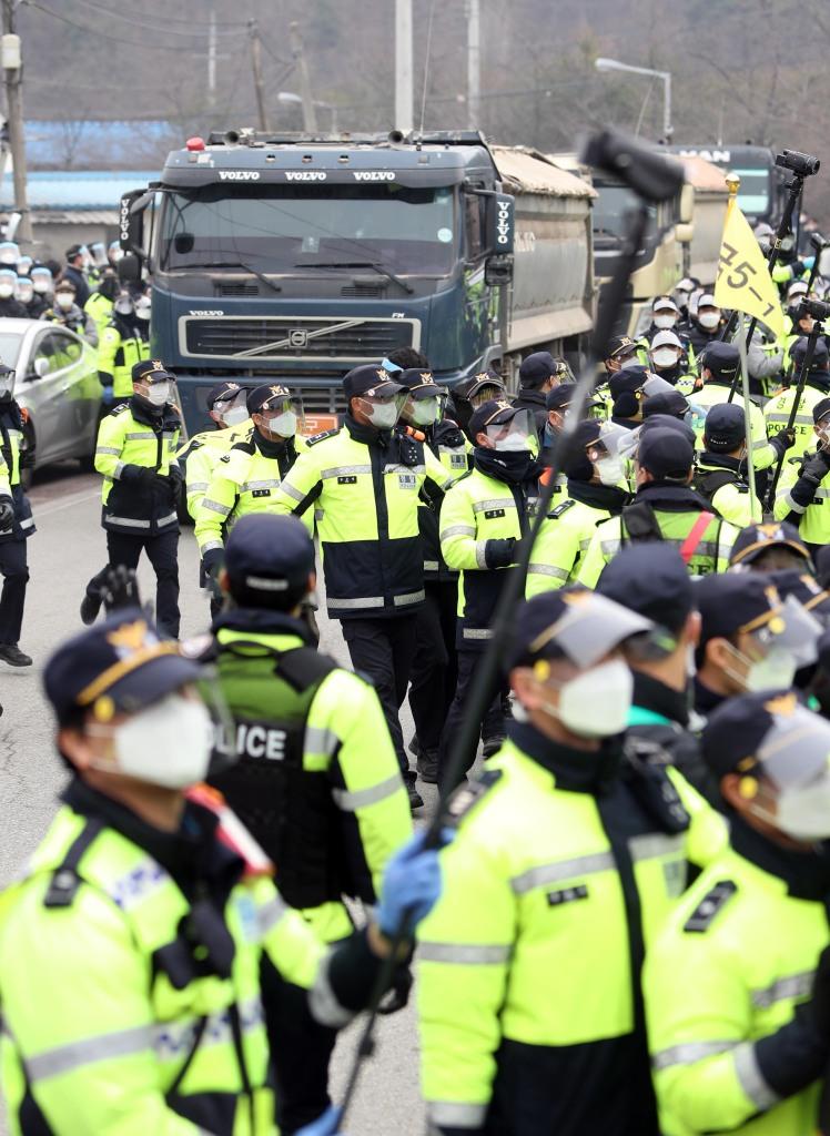 韩国又向萨德基地运物资:民众警方爆发混战