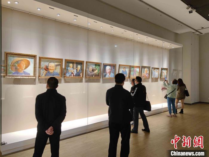 海南百岁老人油画展,展示了海南的长寿文化。 王晓飞 摄