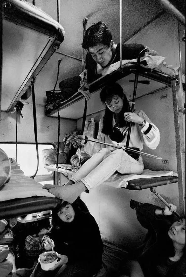 40年前的春运火车 有人围桌打麻将,有人当场生孩子 最新热点 第35张
