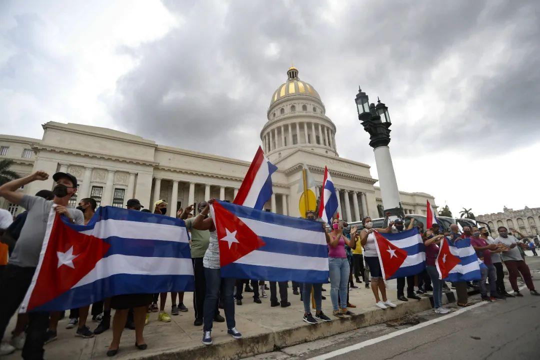 ▲当地时间2021年7月12日,古巴首都哈瓦那,政府支持者手持古巴国旗聚集在国会大厦前。(人民视觉)