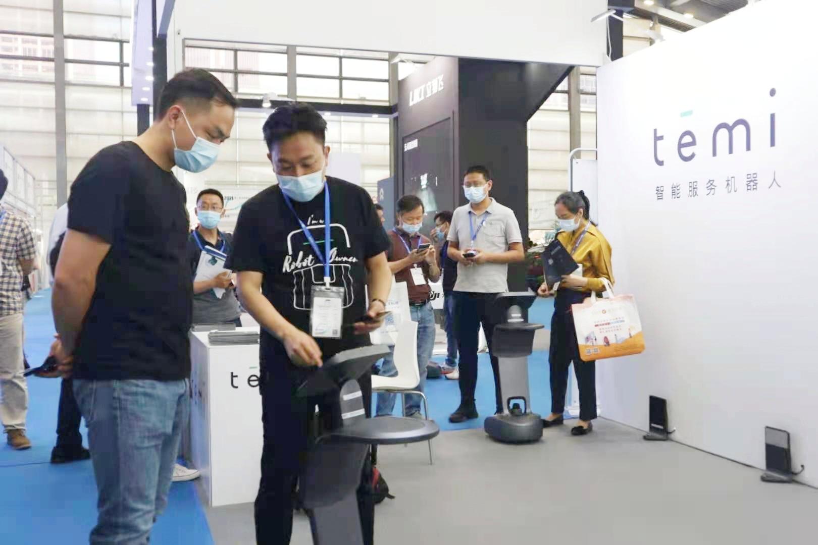 第二届深圳(国际)人工智能展开幕,服务型机器人受热捧