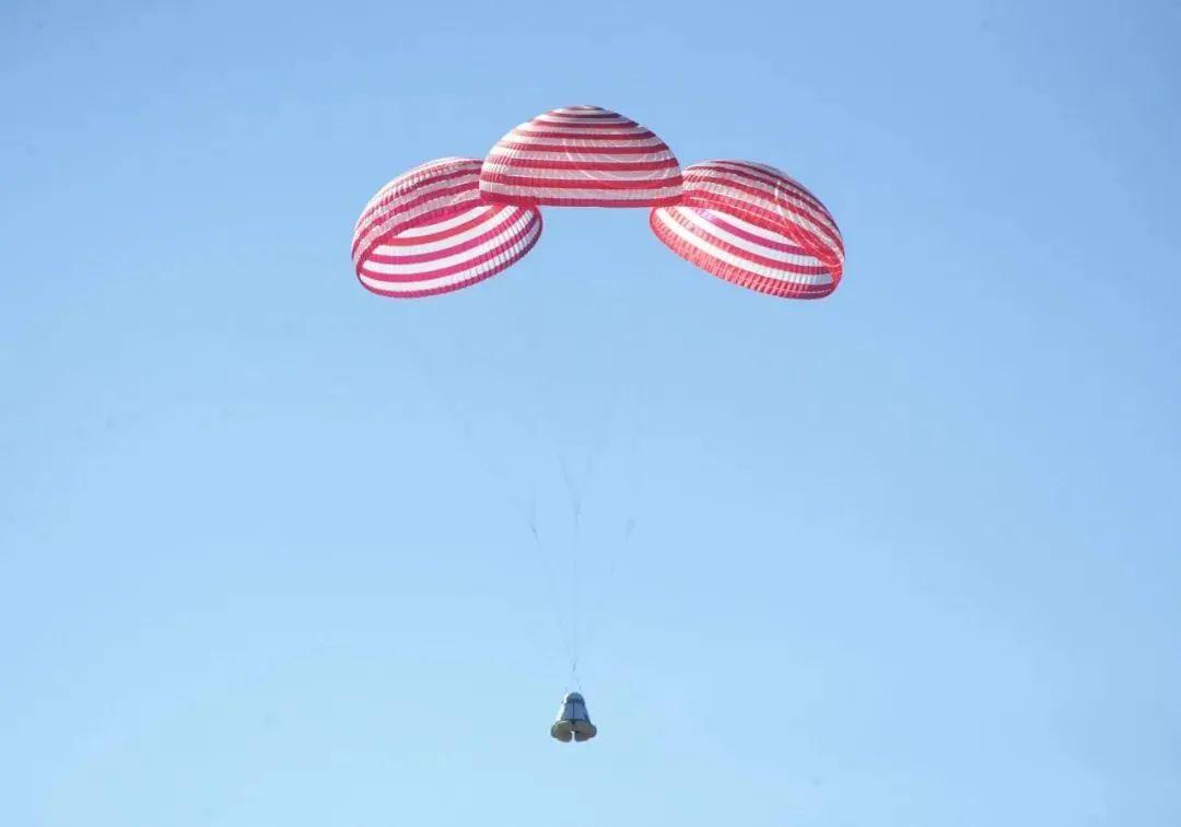 新飞船群伞+缓冲气囊着陆系统测试画面