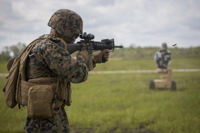 美军陆战队员向机器人模拟的人员目标射击