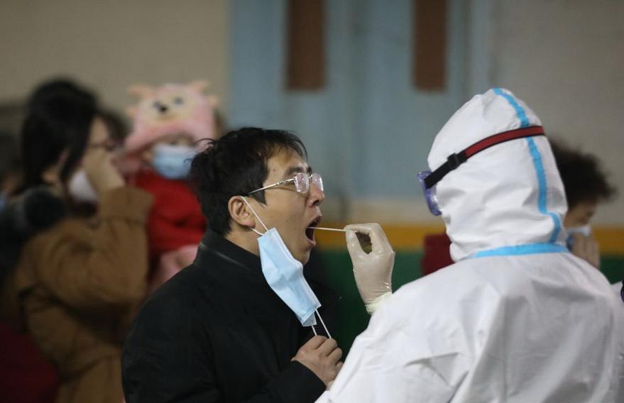 石家庄全员核酸检测从1月6日凌晨已经开始。凌晨3时,在裕华区槐底村,医护人员通宵为居民进行核酸检测。