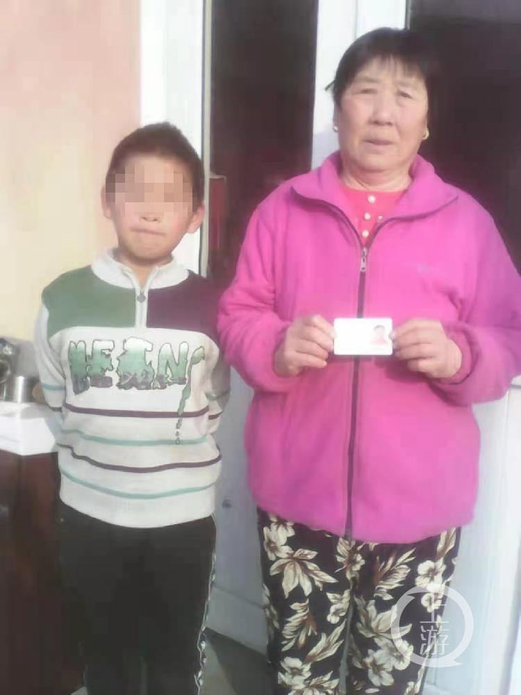 ▲已经8岁半的张天宝因没办户口,无法上学,奶奶张桂贞着急得很。图片来源/受访者供图