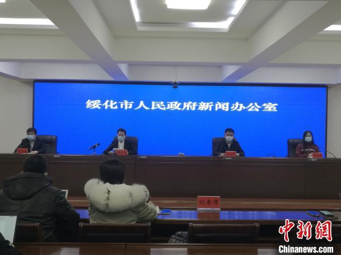 绥化市疾控中心副主任郭彦茹在发布会上介绍疫情防控情况。发布会供图