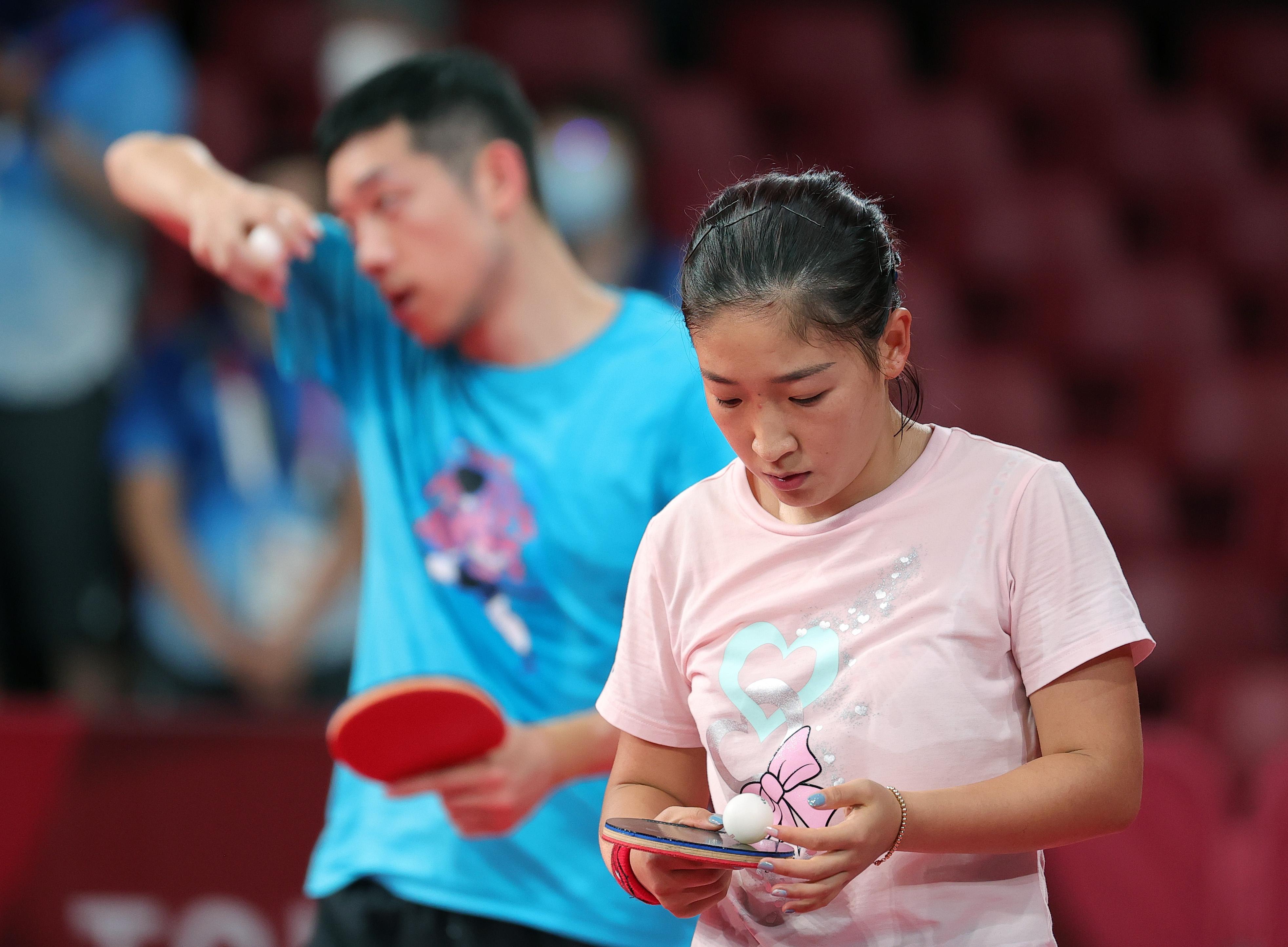 7月21日,刘诗雯(前)和许昕在训练。新华社记者 王东震 摄