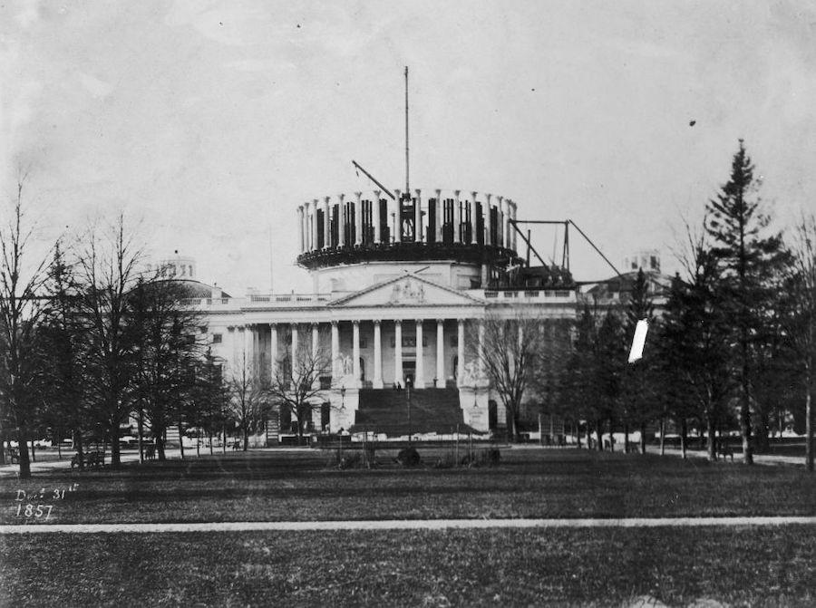 1857年,新的美国国会大厦穹顶建造中。