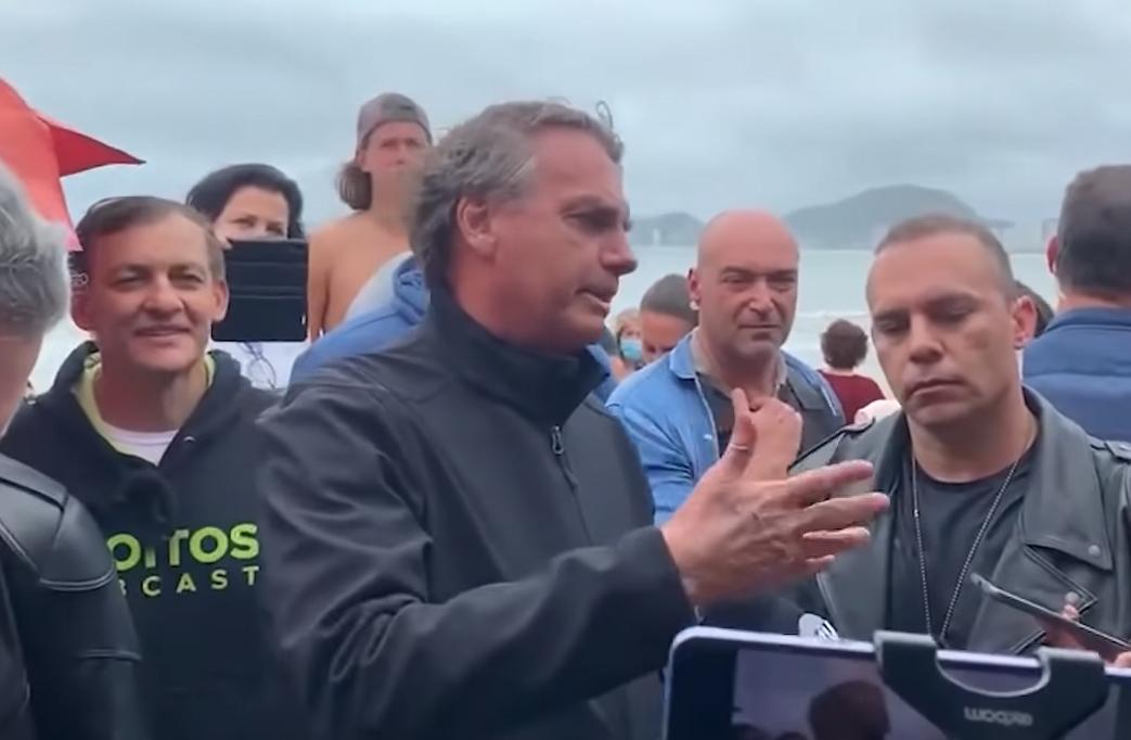 博索纳罗11日造访瓜鲁雅市的海滩 视频截图