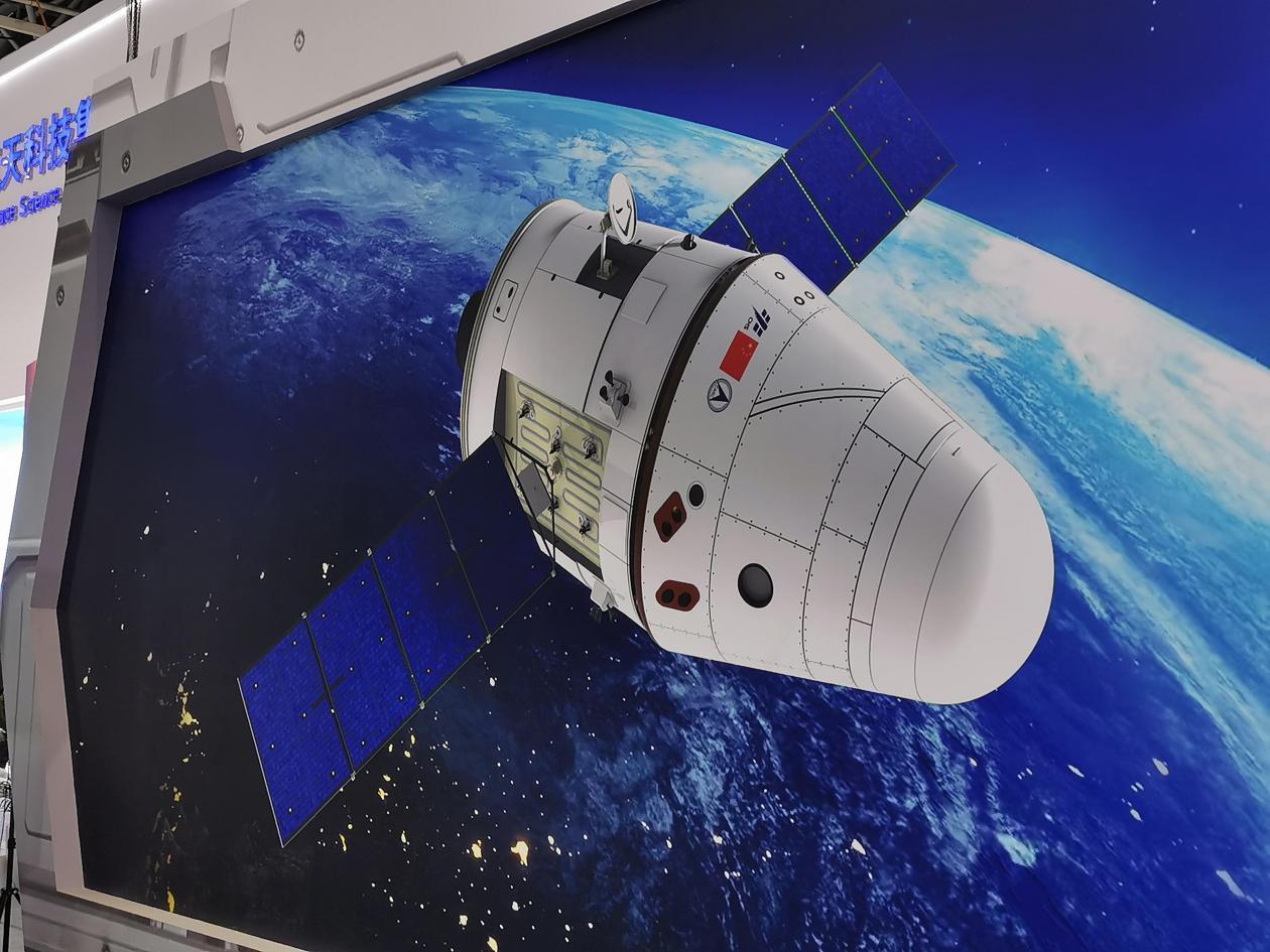 新一代载人飞船比神舟飞船重一倍,体积空间也显著增大,最多可载7人。
