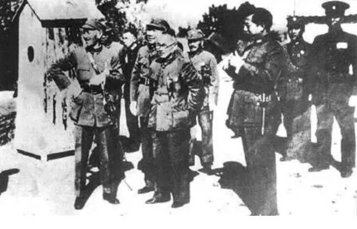 上图_ 西安事变前,1936年12月4日,蒋介石到达西安,张学良、杨虎城、邵力子前往迎接(左起蒋介石、杨虎城、邵力子、张学良)