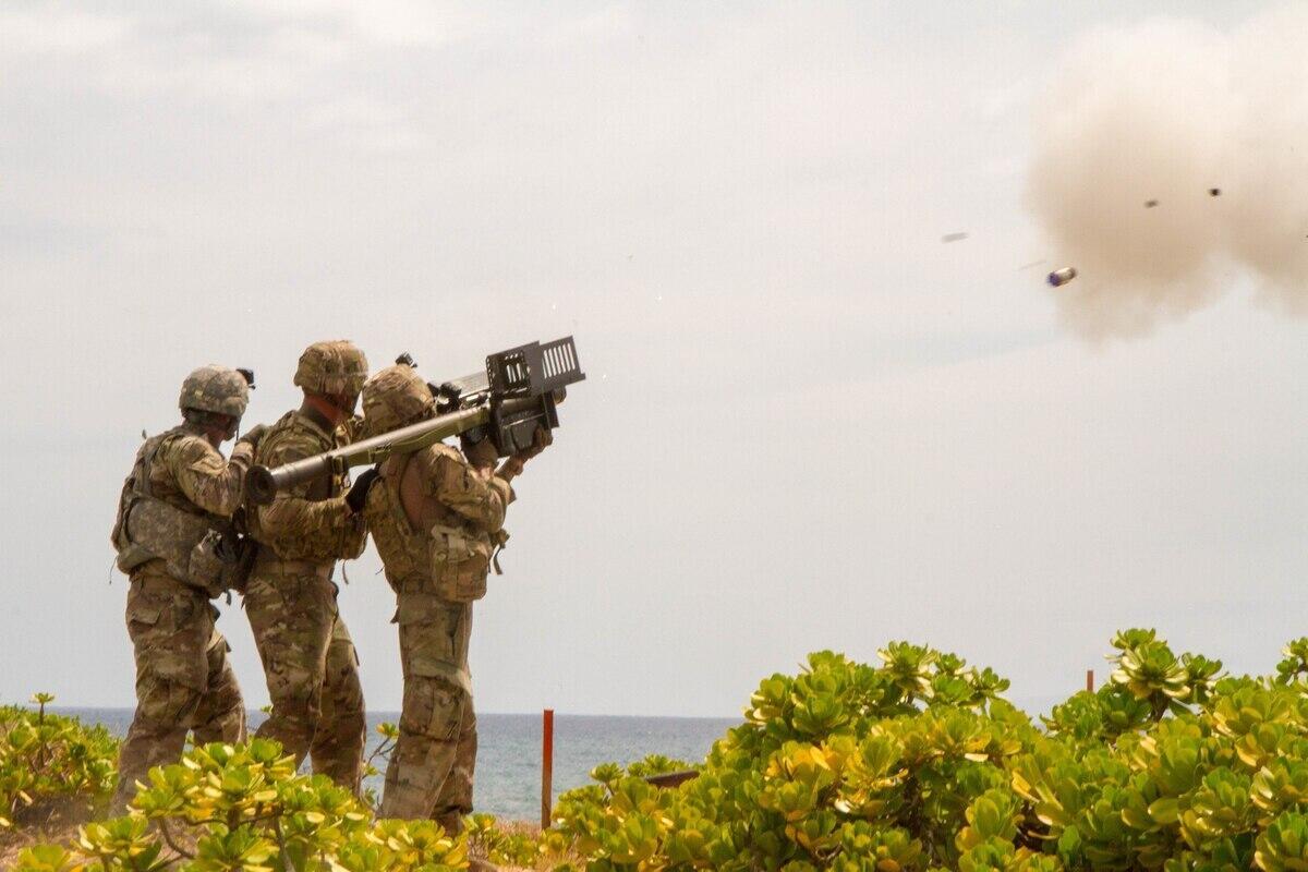 美军士兵使用肩扛式防空导弹攻击目标