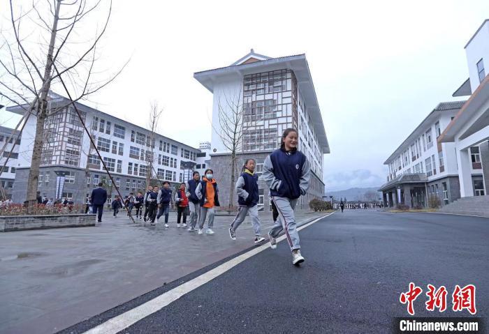 中午放学,文昌中学的学生排队跑向食堂吃饭。 王磊 摄