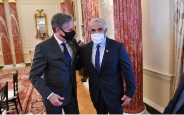 当地时间13日,布林肯(左)与拉皮德(右)会面