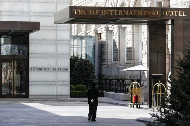 (图说:位于华盛顿特区的特朗普酒店大门。图/Reuters)