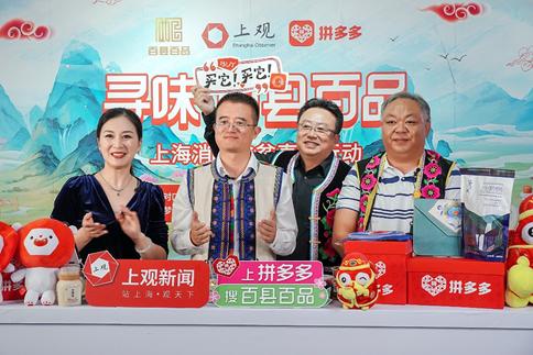 时任大姚县政协副主席李忠凯(右一)
