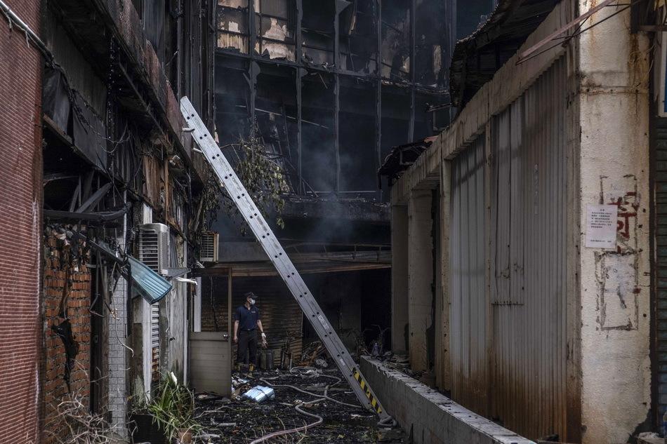 消防部门和当地警方正在调查起火原因,已知起火点在1楼。  视觉中国 图