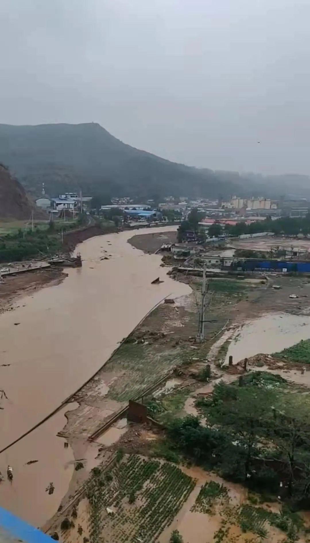 通往米河镇的路被洪水冲断。受访者视频截图