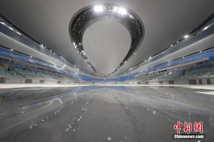 12月25日,北京2022年冬奥会标志性建筑国家速滑馆完工,计划于2021年1月开展首次制冰工作。冬奥会期间,国家速滑馆将承担速度滑冰比赛,在此将诞生14块金牌。图为国家速滑馆内景。中新社记者 韩海丹 摄
