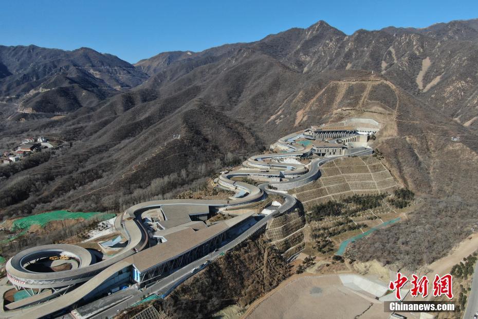 2020年12月29日,航拍延庆赛区的国家雪车雪橇中心。国家雪车雪橇中心采用了世界顶尖的赛道设计,是北京市冬奥工程竞赛场馆中设计难度最高、施工难度最大的新建场馆。 中新社记者 蒋启明 摄