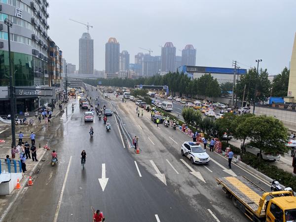 暴雨過后,相關救援單位對京廣北路隧道進行抽排水。