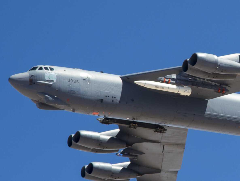 美军B-52H挂载AGM-183A高超声速导弹原型弹 资料图