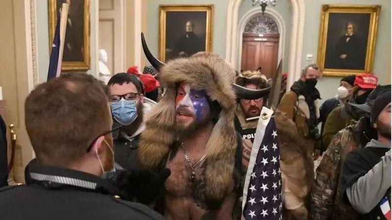 抗议示威者闯入国会大厦,两院联席会议被迫中断。