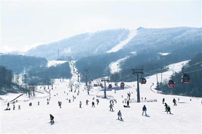 游客在吉林省吉林市万科松花湖滑雪场滑雪。新华社记者 颜麟蕴摄