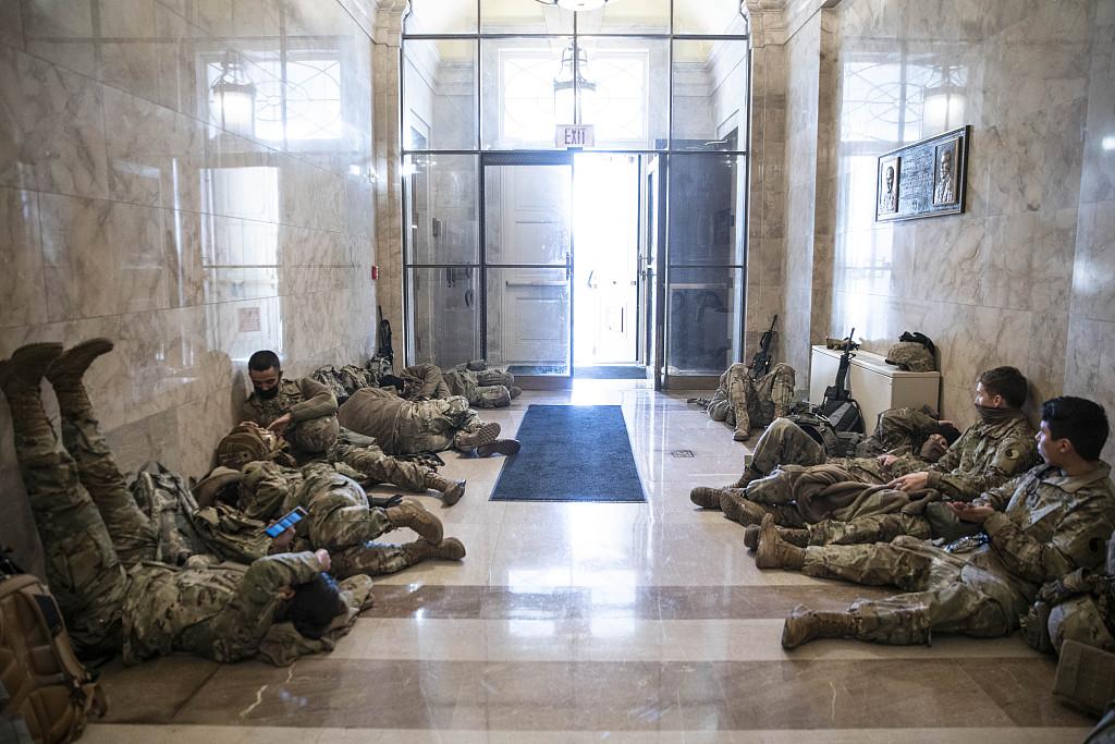 当地时间2021年1月13日,美国华盛顿特区,美国国会众议院以232票赞成,197票反对通过了针对美国总统特朗普弹劾案。国会大厦内外有大量的国民警卫队在维护安全。美国数千国民警卫队士兵在国会大厦内席地而睡,随时待命。