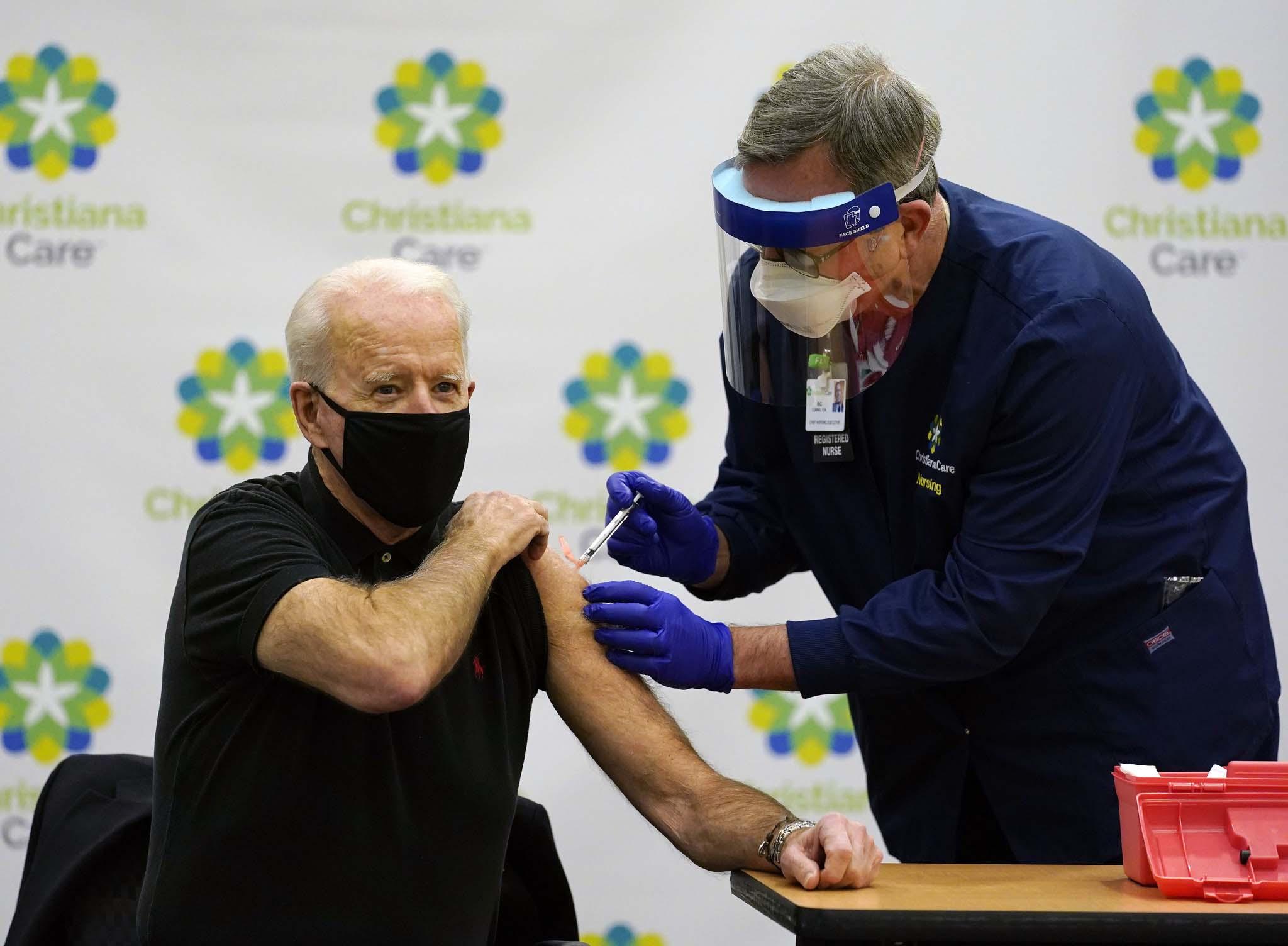 当地时间2021年1月11日,美国特拉华州,美国当选总统拜登在医院公开接种了第二剂新冠疫苗。