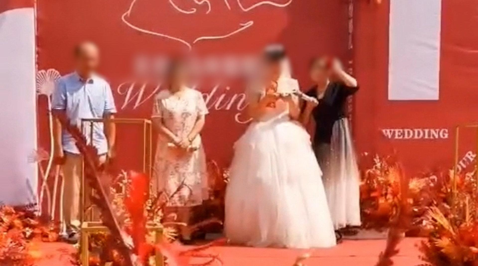 因疫情被隔离新娘一个人举行婚礼 新郎隔空向妻子致歉