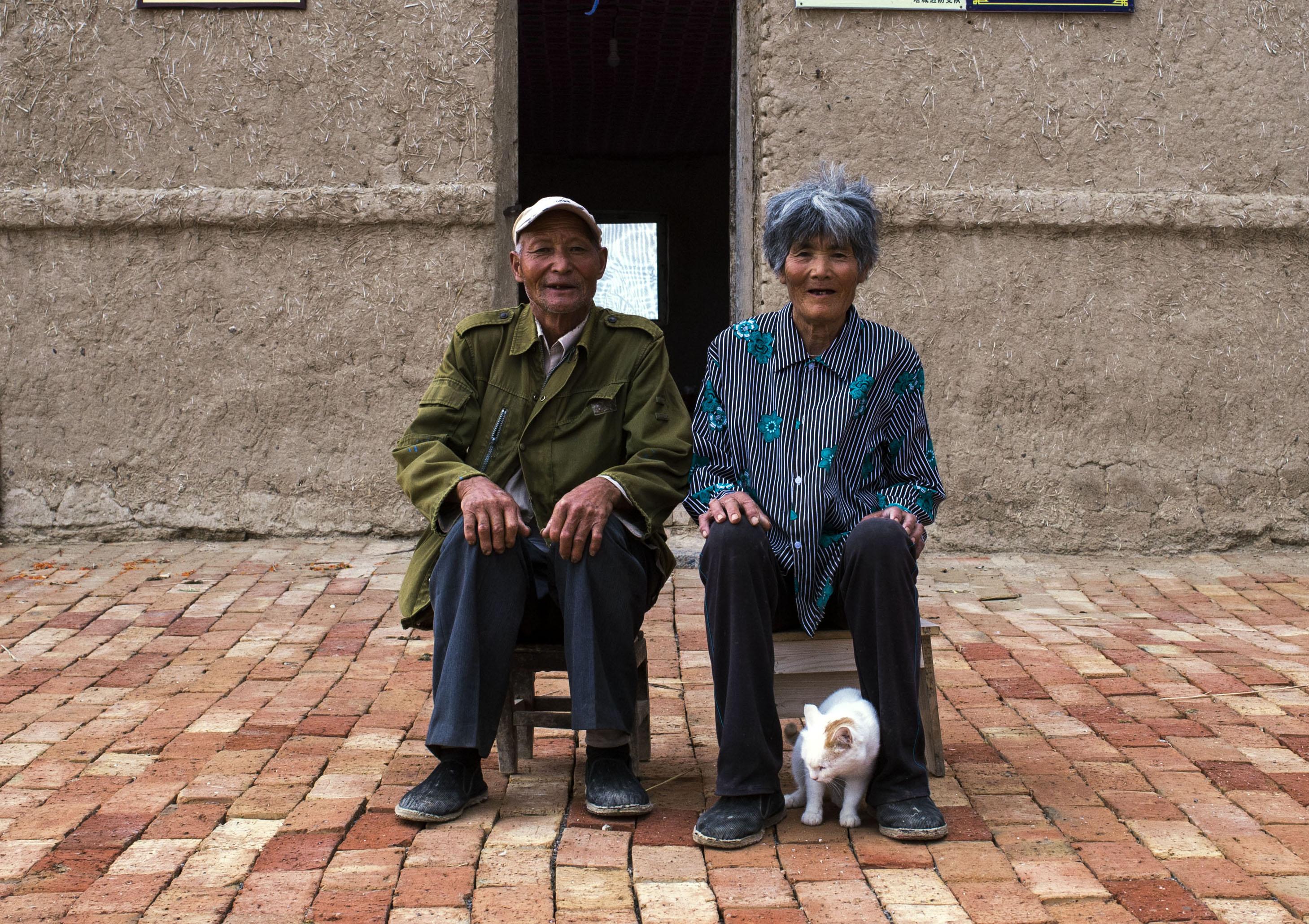 魏德友老两口在家门前合影(2016年7月23日摄)。新华社记者江文耀摄